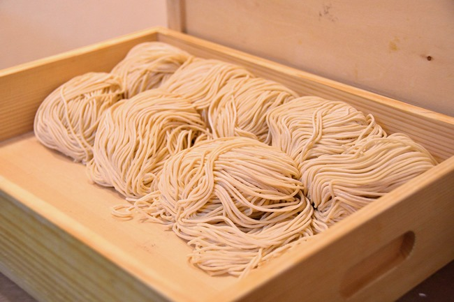 麺は函館の「出口製麺」から空輸で。北海道以外の函館ラーメン店でここまで追求しているのは、五稜郭だけです