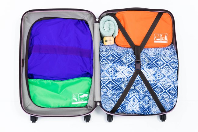 ↑もっとも壊れやすいものはスーツケース蓋側の上部、蝶番の反対側の端に入れるのが最も安全。