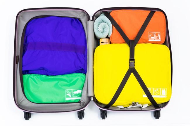 ↑種類や大きさが異なるパッキングケースを、パズルを組み合わせるようにスーツケースの中に詰めていくのも楽しい作業です。その際、前述の4分割の法則も忘れないようにしましょう。