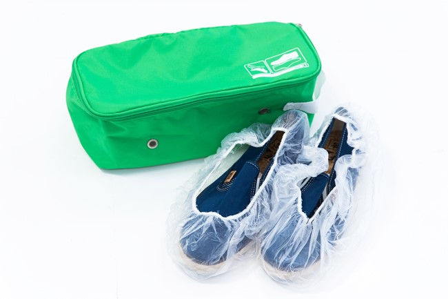 """↑ほとんどのホテルに備えてあるシャワーキャップ。目もくれない人も多いでしょうが、実は水を通さず口にゴムが入っているため、""""袋""""としても便利に使えます。例えば靴袋として。靴底にシャワーキャップを被せれば、シューケースがなくても靴底の汚れで他の荷物を汚すことなくパッキングできるのです。"""