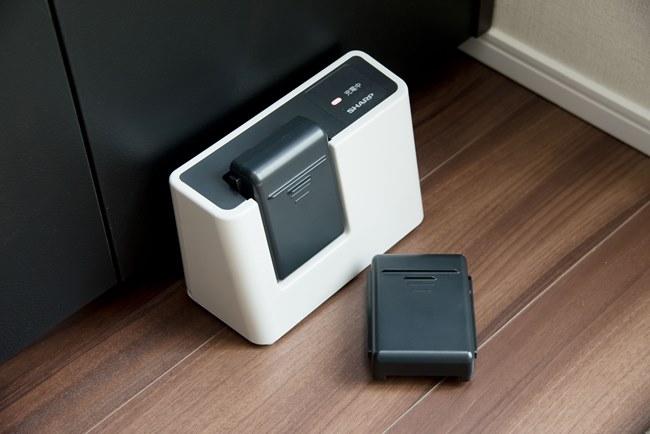 バッテリーは本体内蔵型ではなくセパレートタイプで、プレミアムパッケージには2個付属しているのが特徴。「2個合わせると稼動時間が最長60分と長く、大掃除でもメインクリーナーとして活躍しそう。予備バッテリーがあるので、うっかり充電するのを忘れていても安心です」