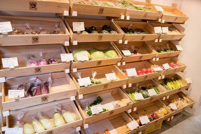 取材に訪れたのは夏真っ盛り。つまり、野菜やフルーツの種類が少ない時期だったのですが、宮崎県産の「飫肥杉(おびすぎ)」で作られたオリジナルの木箱には、つややかで張りのある野菜の数々が整然と陳列されていました。