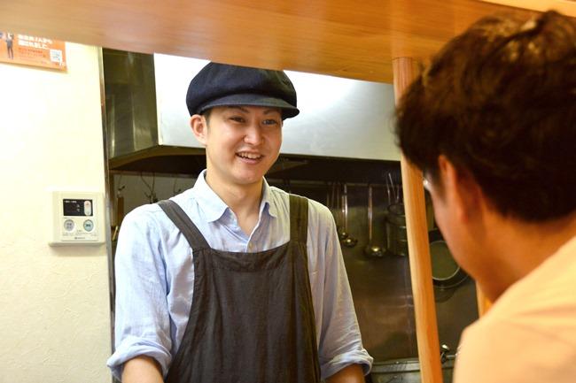 三嶋店主。学生時代に数軒のラーメン店でアルバイトの経験はあるものの、修業といえるほどではなかったそう。現在は塩ラーメンのリニューアルに奮闘中。準備中とし、9月中旬以降の提供を目指しています