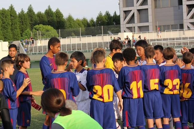 バルサの選手が実力を認めた時にだけする花道で、2位の東京都 U-12を称えました。