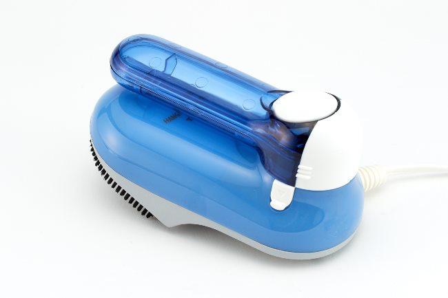 「ハンドルをくるっと回転させると、さらにコンパクトに。持ち手がタンクになった無駄のない設計で、とにかくシンプルで持ち運びやすい点が魅力です。洗面所に置いておけば、毎朝でも面倒くさがることなく手軽にシワとりができますよ」