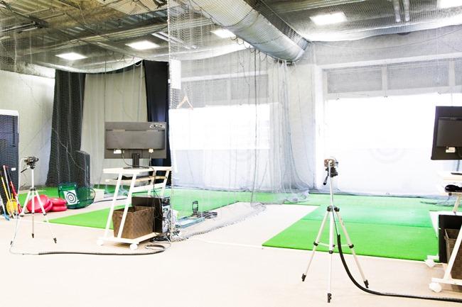 たとえばこちらは、「ヴィクトリアゴルフ五反田店」の3階にある「ヴィクトリアゴルフスクール五反田店」。ゴルフのレベルに合わせたレッスンが受けられるほか、自分の課題を克服するためのレッスンカリキュラムも選べます。クラブやシューズレンタルもあるので、会社帰りに手ぶらでOK。レッスン料は1万6000円(月4回)。