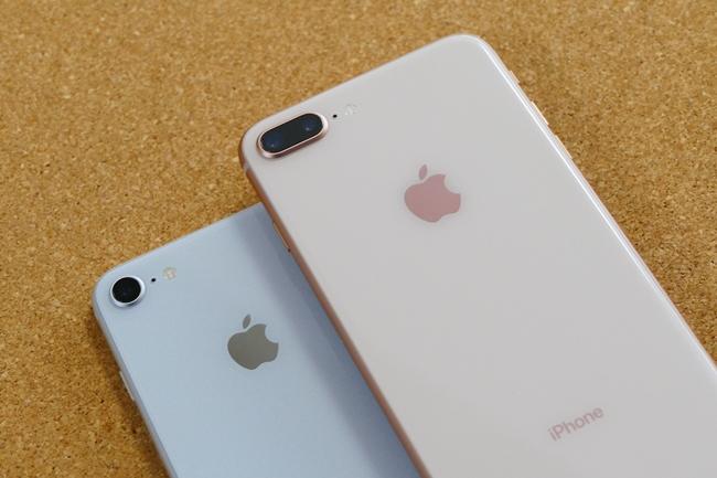 iPhone 8(シルバー)とiPhone 8 Plus(ゴールド)