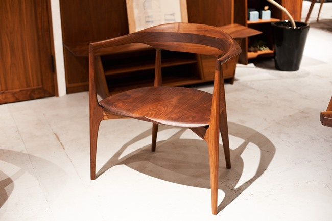 先ほどのスケッチから製品になった、KOMA最高ランクのパーソナルチェア。背もたれからアームにかけてのなめらかな曲線とエッジのきいたラインが非常に美しく仕上がっています。材はウォールナット、チェリー。W700×D515×H750×SH425mm「cocoda chair 2017」37万8000円(税込)
