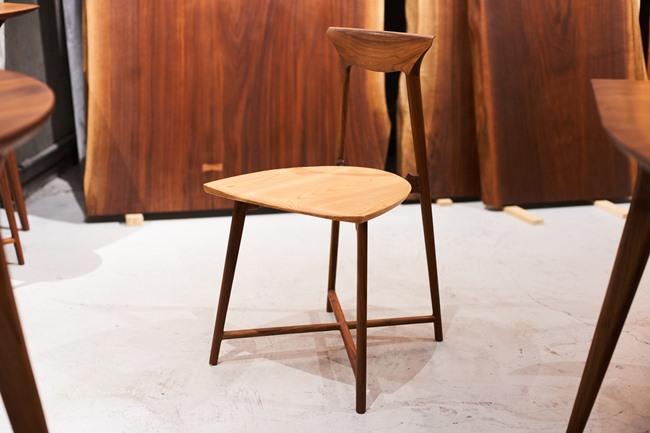 """2000g以下と超軽量でありながら、快適さと高い耐久性を実現した椅子。高機能でありながら1㎜でも1gでも無駄をなくす日本の美意識""""削ぎ落としの美""""を追求したという。座面は杉、 フレームはウォールナットかホワイトオーク、イタヤカエデは限定5脚。W400×D390×H730×SH420mm「2000gの椅子」16万2000円(税込)"""