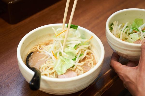 トロみのあるスープでシャキシャキした野菜を。さながら濃厚豚骨のドレッシングといえるでしょう。なお、麺は三河屋製麺に特注。北海道産小麦100%の中太麺(200g)と、極細ストレートで加水率が低めのバリカタ(140g)があります