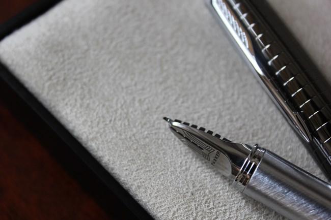 """このペンの特徴は、万年筆、ボールペン、ローラーボール、ペンシルに続く""""5番目の筆記具""""と銘打つほどのなめらかな書き味。かなめとなるペン先は、アップで撮影しましょう。"""
