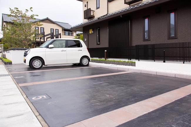 なんと駐車場も、そのコンセプトにブレがありません。建物の色調や雰囲気に合わせ、漆のような塗装が施されています