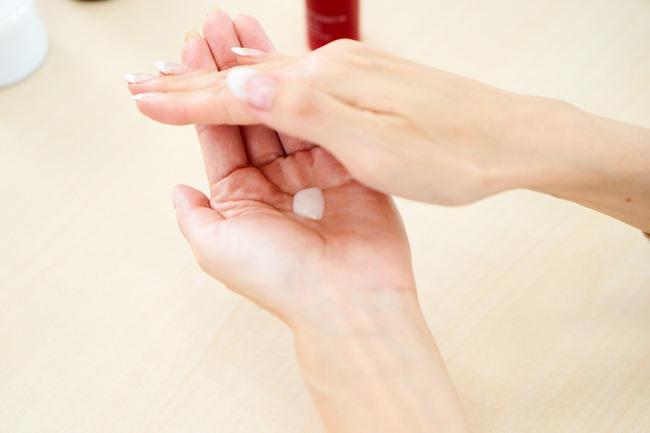 どのアイテムも手の平で包み込むようにして、ほんのり温めてから顔へ。