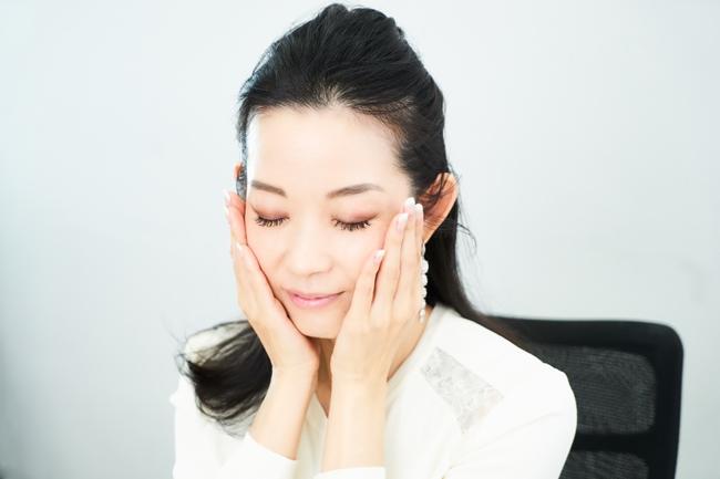 優しく手の平を当てて数秒。美容成分が肌内部に入り込んでいくのをイメージして。