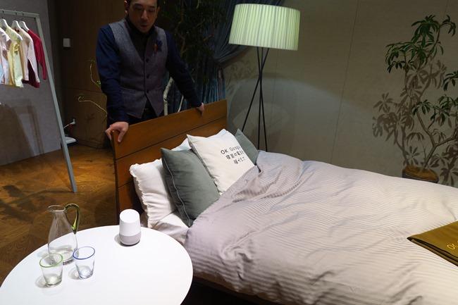 リビングだけでなく、寝室にも1つあると便利。今後は部屋同士を結ぶインターホンのように使えるようになる。
