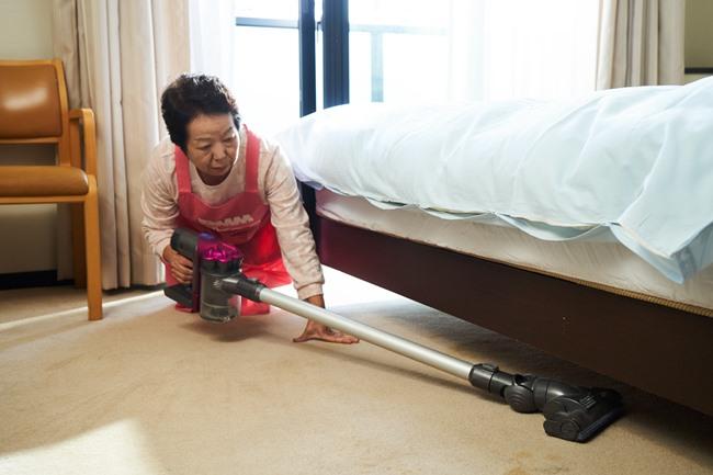 部屋掃除の場合は、事前に間取りや床の材質、家具の配置状況などをテキストやチャットで伝えておきます。掃除の道具は、依頼者の自宅にあるものを使用します