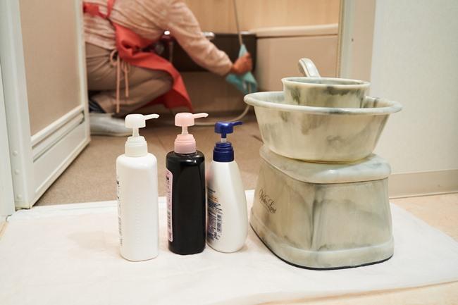 浴槽など水回りの掃除も依頼の多いメニュー。こちらも、サイズや用意している洗剤についてなどは、事前にチャットでやり取りをしておきます。今回依頼したOkanは椅子や洗面器、シャンプーなどをきちんと浴室の外に出して、丁寧に作業することをいつも心掛けているのだそう