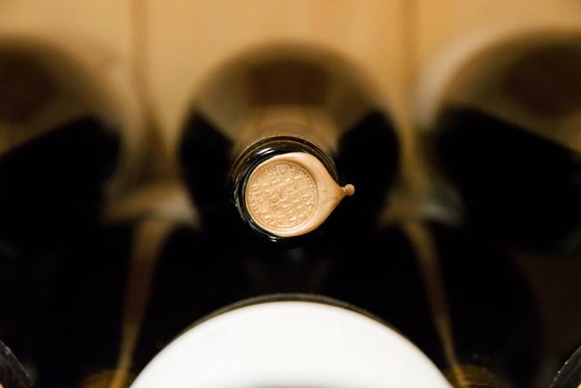 ボトルの口は、ロウキャップで封じられている。