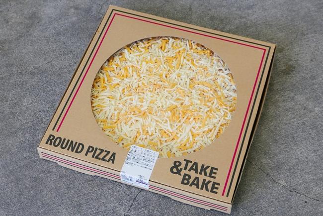 「丸形ピザ 5色チーズ」は、ナチュラルチーズ、ゴーダチーズ、チェダーチーズなど、チーズ5種がたっぷり載っている