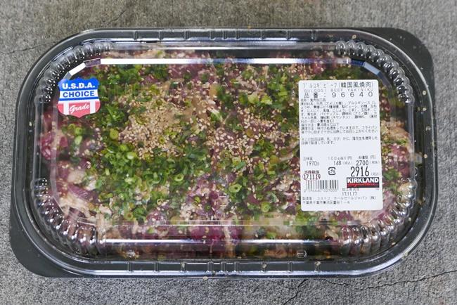 「プルコギビーフ(韓国式焼肉)」は、味付けした牛肉と玉ネギの上に、青ネギとゴマが載った人気商品。価格は日によって異なるが、この日は100gあたり148円だった