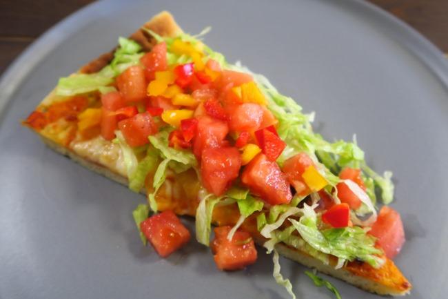 """見た目が華やかなのはもちろん、生野菜をたっぷり載せることで高カロリーなピザの""""罪悪感""""を少し軽減してくれる"""