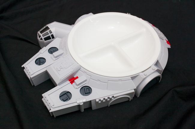 宇宙船をかたどったランチプレート。アクセサリーなどを入れて小物入れのインテリアとしての楽しみ方も。スピンオフの製作が決定しているハン・ソロの「ミレニアム・ファルコン号」は話題性も抜群。2,160円