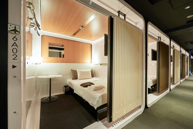 セミダブルサイズのベッドが備えられた「ファーストクラスキャビン」(1泊5400円〜)。トップの写真は標準的な客室「ビジネスクラスキャビン」(1泊4400円〜)