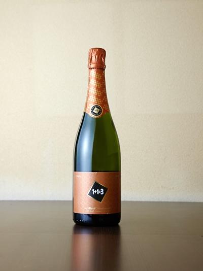 """スペインのスパークリングワイン""""カバ""""も、創業当時から輸入。シャンパンと同じ製法で造られることから、同じく""""顔の見える""""こだわりのカバを厳選している。シャンパンより気軽に楽しめる価格帯も魅力。(「ウ・メス・ウ・ファン・トレス・ブリュット」)"""