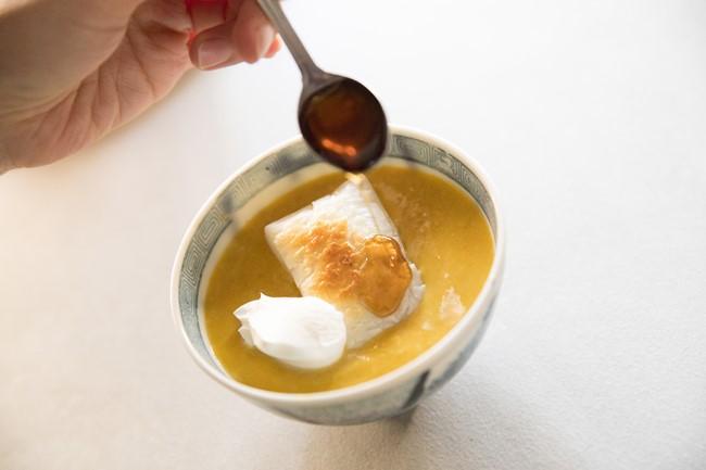 マスカルポーネチーズとメープルシロップ、シナモンの組み合わせで一気に洋風の汁粉に変身