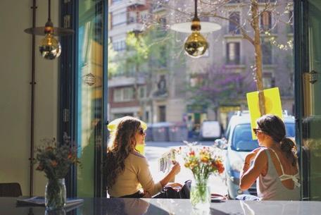 ↑スペイン・バルセロナの街角のカフェにて