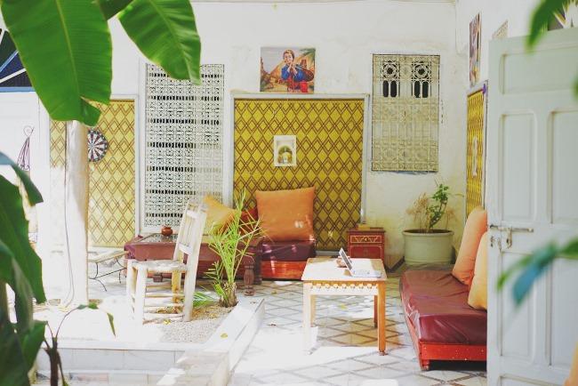 """↑モロッコ・マラケシュの""""家""""では、陽射しがあふれるポーチでも仕事を"""