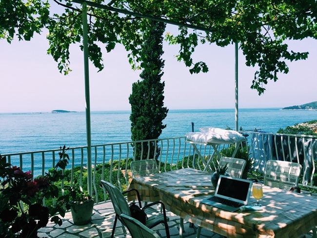 """↑クロアチア・ドゥブロヴニクの""""家""""での仕事は、風通しのいいベランダで海を眺めながら"""