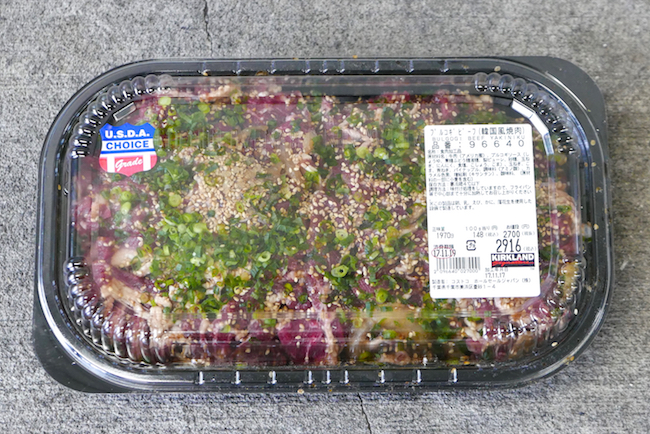コストコで定番となっている人気食材「プルコギビーフ」。甘辛いタレに浸かった牛肉が148円/100gの安さで約2kg入っています