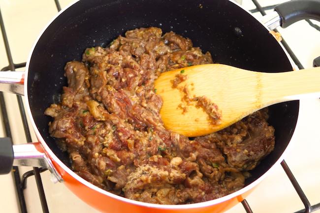 肉の表面を焼くことで、煮込むときに肉の旨味が流れ出てしまうのを防ぎます