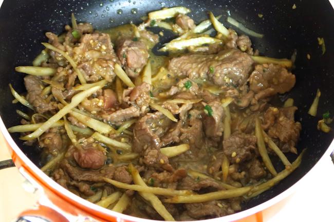 親子丼用の片手鍋がなくても、小ぶりのフライパンでOK。ごぼうは油が回る程度の炒め加減でかまいません