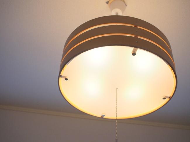 フィリップスの「Hue」など、Google Homeに対応した電球を連携させれば、声での操作が可能になる。