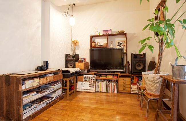 二人のものが収納しやすいよう作られた棚に注目。手前のジョーロはACME Furniture、ライトは代々木上原の古道具店で見つけたアンティーク。