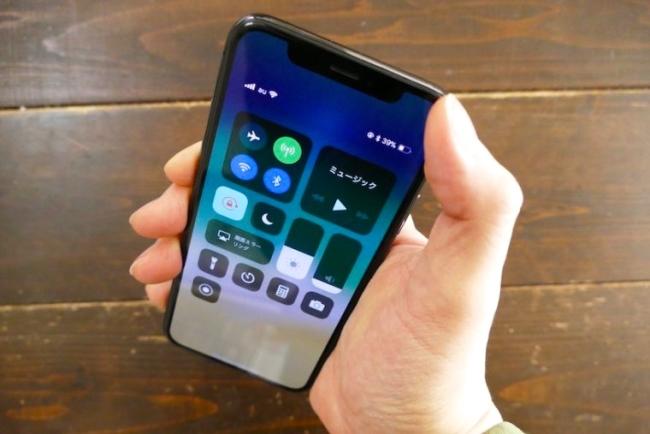 画面上端の右端を下へスワイプすると、Wi-Fiなどをオン・オフできるスイッチの画面「コントロールセンター」が表示される。反対にほかのiPhoneでは、画面下から上へスワイプする