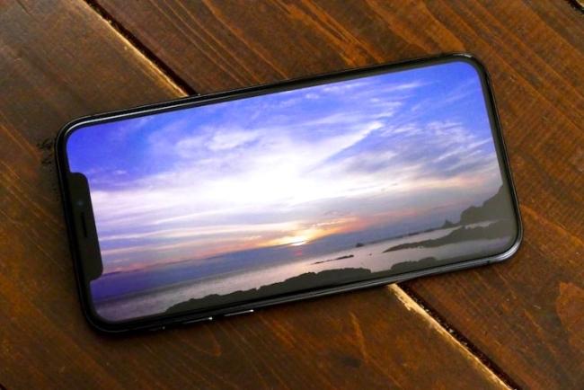 iPhone Xのディスプレイには有機EL(OLED)が採用されている。有機ELを使ったスマホの特徴は、電池持ちがよいこと。そして、黒に深みが出てコントラストが美しくなることだ