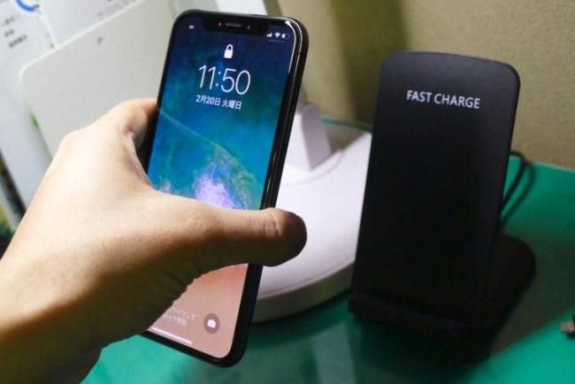 Qi対応のワイヤレス充電パッドにiPhone Xを置くだけで、小まめに充電できる