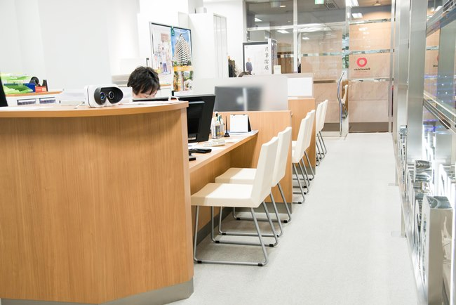 ↑話をうかがった大和エステート新宿店は、この場所にオープンして1年ちょっとの新装店舗。明るく清潔なカウンターで常時3〜4人のスタッフが接客、親身になって相談にのってくれます