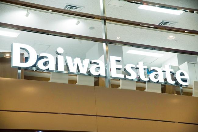 ↑ビルを入ると目に飛び込んでくる大きく明るい「Daiwa Estate」のサインが目印