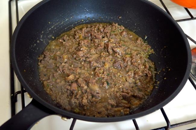 炒め始めは水分が出てくるので、このあとじっくり弱火で加熱する。