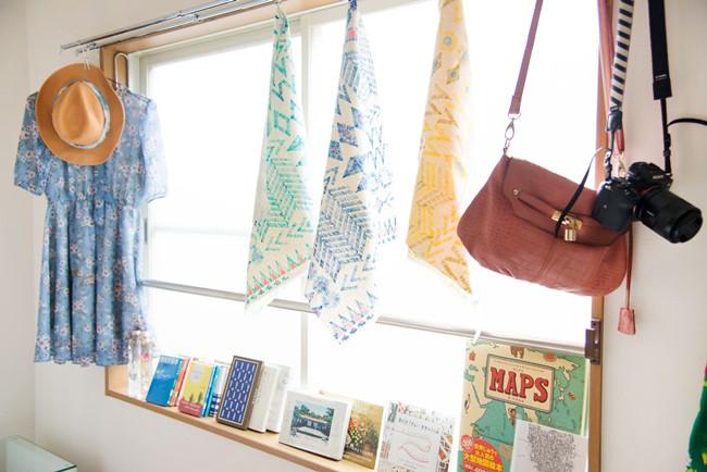 ↑日当たりのいい大きな窓には、まだカーテンが間に合っていない状態。アジアで買った布や、絵本や詩集などを並べて、ディスプレイ棚の役割をもたせつつ、華やかな空間を創り出しています