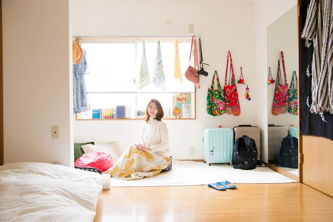 ↑大きな姿見が括り付けられ、かつて板間だったと思われるスペースとぶち抜きでリノベーションした00畳の居間。取材にうかがった日は、本格的に住み始めてまだ2日目! 初めて自分の布団を敷き、寝て起きた記念日だったそう。