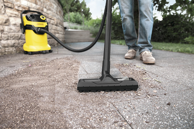 乾湿両用のバキュームクリーナーを使えば、効率よく一気に掃除できて便利