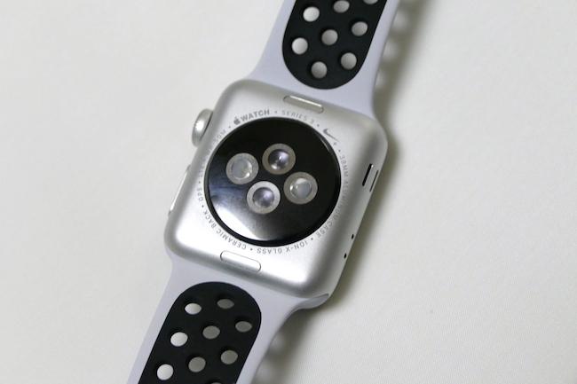 背面には光学式の心拍センサーを搭載。リアルタイムに心拍数をチェックできる