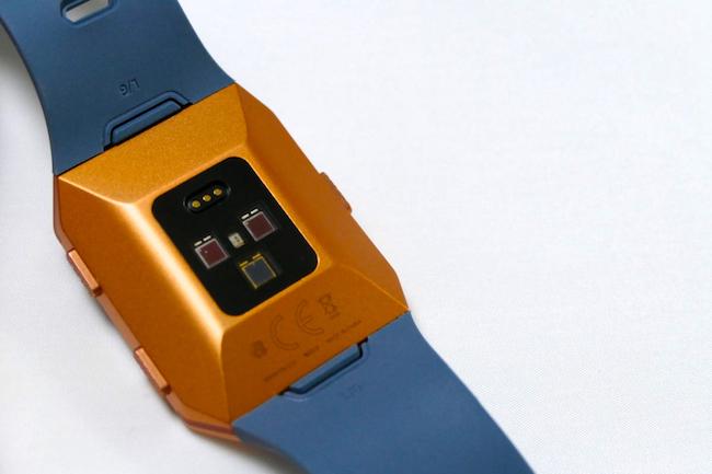 背面には心拍センサーを搭載。GPSも内蔵する