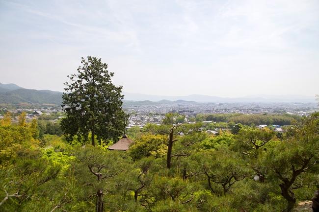 ↑庭園が小倉山の傾斜地に広がっており、てっぺんの展望台まで登ると、京都市内を見渡す抜群の眺望を拝める