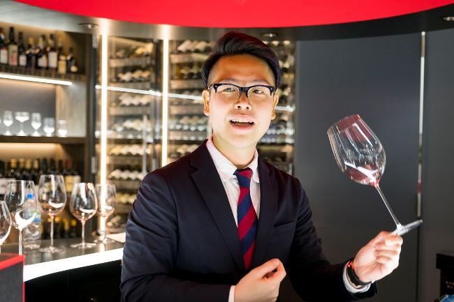 JSA認定ワインエキスパートであり、ワイングラス・エデュケイターの竹中信幸さん。「ワイングラス・エデュケイター」とは、リーデル社認定で、グラステイスティングによるワインとグラスの関わりを伝える役割を担う